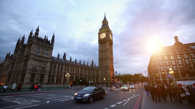 vídeos de stock e filmes b-roll de london with westminster bridge at sunset - big ben