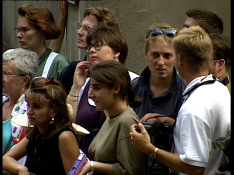 vídeos de stock, filmes e b-roll de londoners gather to watch the wedding procession of lady sarah armstrong jones and daniel chatto and the arrival of the royal family - papel em casamento