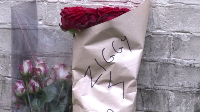 stockvideo's en b-roll-footage met londoners pay tribute and lay flowers for british music legend david bowie at the location where the cover photograph for his album ziggy stardust'... - moderne rock