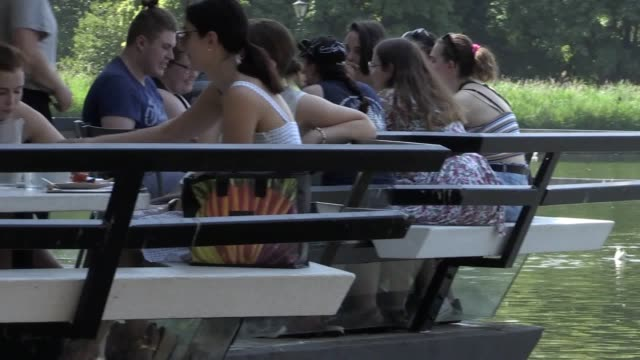 stockvideo's en b-roll-footage met londoners take to pedalos in hyde park as a heatwave takes hold across the uk temperatures are expected to hit record highs cross the capital it is... - waterfiets