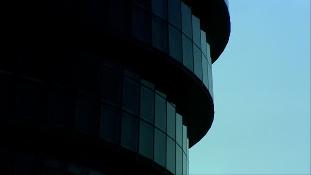 london's city hall demonstrates the use of tiered windows in its modern architecture. available in hd. - rathaus stock-videos und b-roll-filmmaterial
