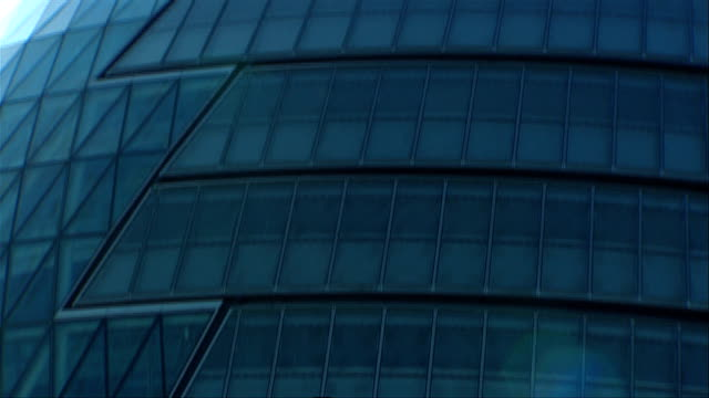 london's city hall uses glass and a rounded exterior to create a unique appearance. available in hd. - rathaus stock-videos und b-roll-filmmaterial