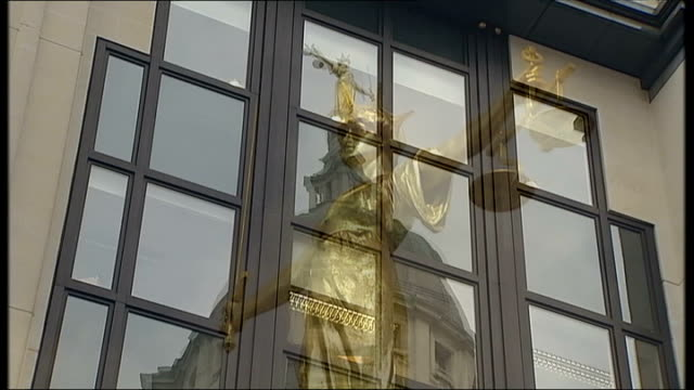 london's court system accused of failing to provide justice to victims of crime r22020804 / 2222008 london ext reflection of old bailey and lady... - 被告人点の映像素材/bロール