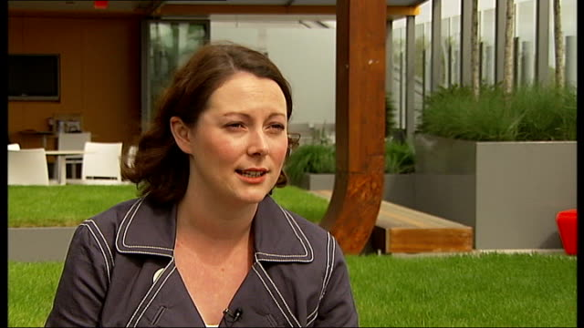 london's first 'great garden trail' day; rooftop garden on roof of great ormond street hospital georgie webb interview sot clapham: visitors looking... - royal horticultural society stock-videos und b-roll-filmmaterial