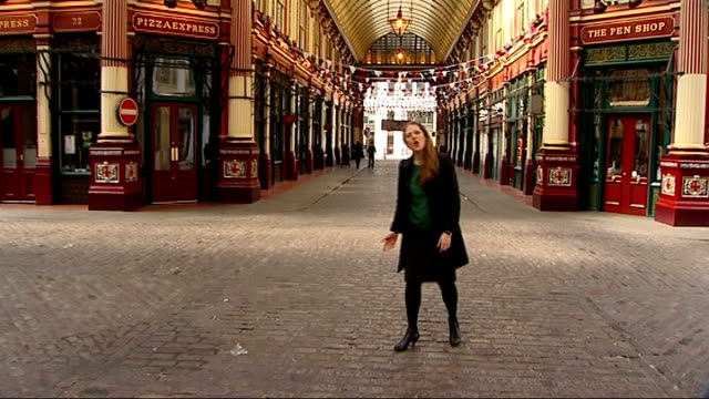 london's hidden attractions leadenhall market reporter to camera gold painted statue on wall of shopping arcade statue and tourists in square sign... - urinal stock videos & royalty-free footage