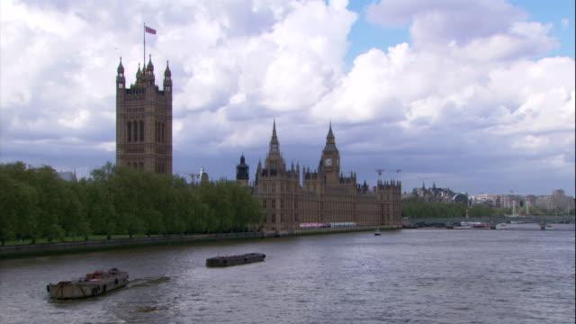 vídeos y material grabado en eventos de stock de london's houses of parliament, victoria tower, and big ben line the thames river. - torre victoria