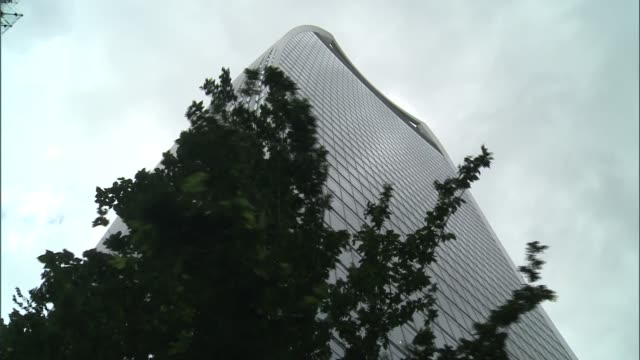 vídeos y material grabado en eventos de stock de london's skyscrapers to blame for strong winds england london ext people along street as wind blowing girls chatting and smoking as wind blowing man... - walkie talkie