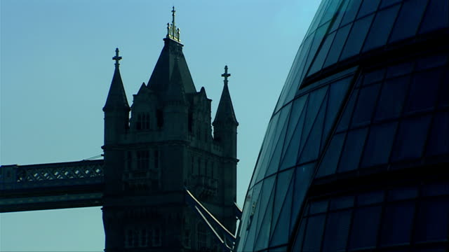 london's tower bridge overlooks city hall. available in hd. - gla building stock videos & royalty-free footage