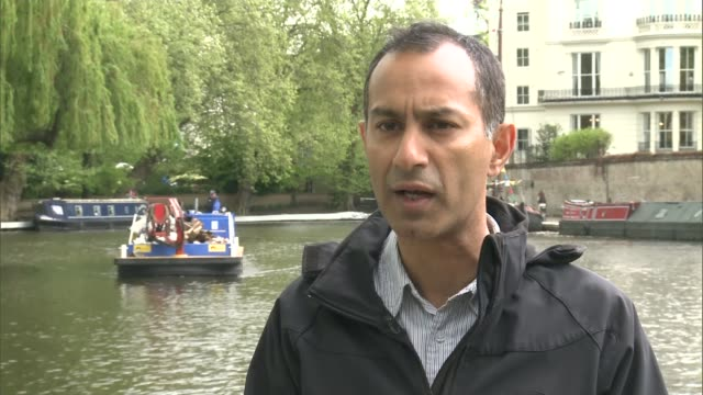 stockvideo's en b-roll-footage met london's waterways struggling to cope with increasing number of houseboats england london ext boats moored on canal on sunny day pan boats moored two... - koet