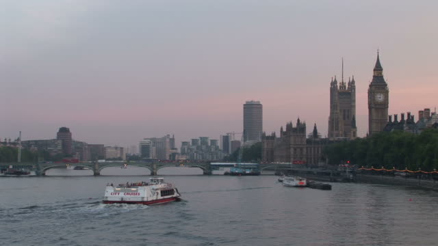 londonthames river at magic hour in london united kingdom - vagare senza meta video stock e b–roll