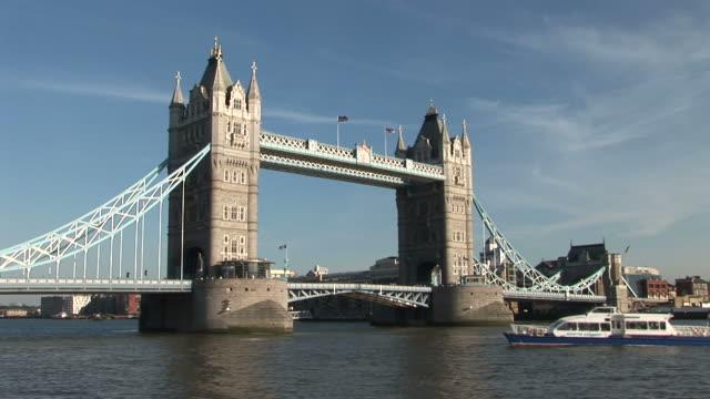 londontower bridge in london united kingdom - 跳開橋点の映像素材/bロール