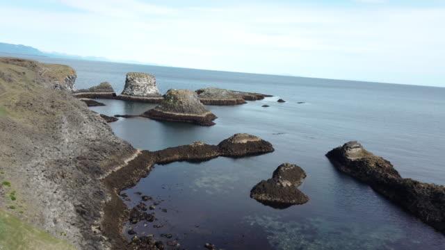 londrangar basalt klippen die rocky castle in snéfellsnes - atlantik stock-videos und b-roll-filmmaterial