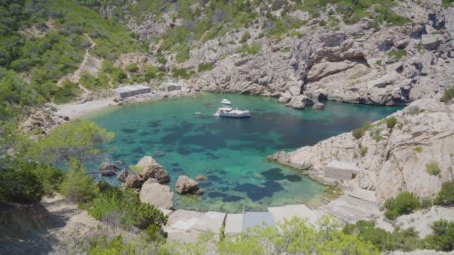 イビサ島の岩場の入り江で孤独なボート - イビサ島点の映像素材/bロール