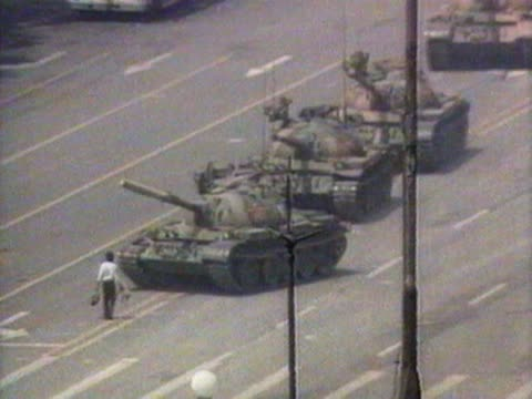 a lone man stops a convoy of tanks during the tiananmen square protests in beijing - kampfpanzer stock-videos und b-roll-filmmaterial
