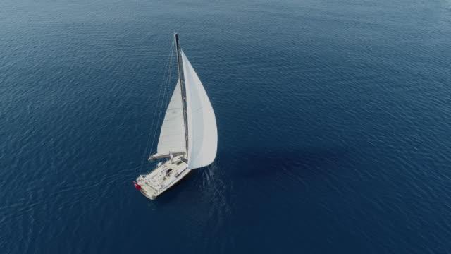 ein einsamer segelboot am anker luftbild - segeljacht stock-videos und b-roll-filmmaterial