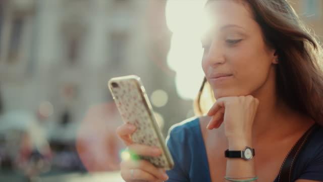Einsamer Reisender Tourist Frau in Rom von SMS-Nachrichten auf dem Handy