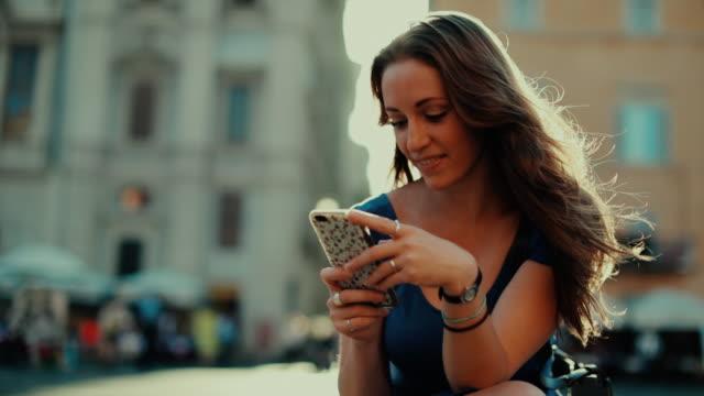Einsamer Reisender Tourist Frau in Rom SMS-Zeitlupe