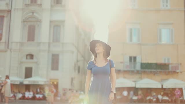 vídeos y material grabado en eventos de stock de lone viajeros turístico mujer en roma - roma italia