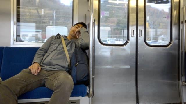 E stanco solitario uomo in metropolitana