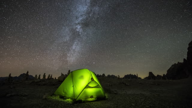 vídeos de stock e filmes b-roll de lonely camper under the milky way - acampar