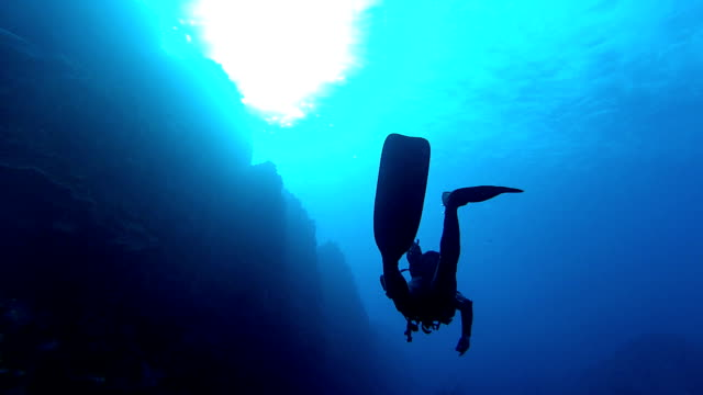 lonely diver - underwater diving stock videos & royalty-free footage