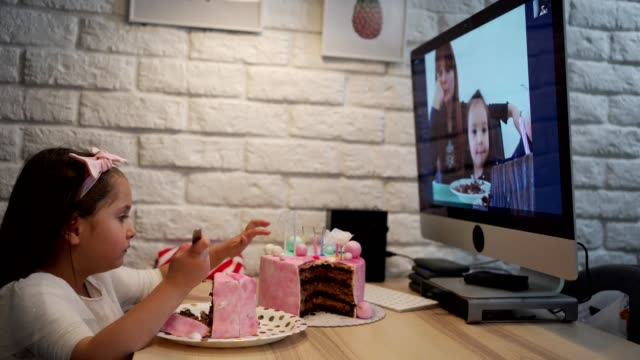 vídeos de stock, filmes e b-roll de garota solitária comemorando aniversário em casa de quarentena e conversando com a família no exterior por aplicativo de vídeo - birthday