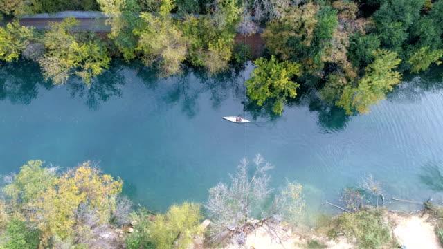 vídeos de stock e filmes b-roll de lonely kayaker along town lake or colorado river in austin , texas - town