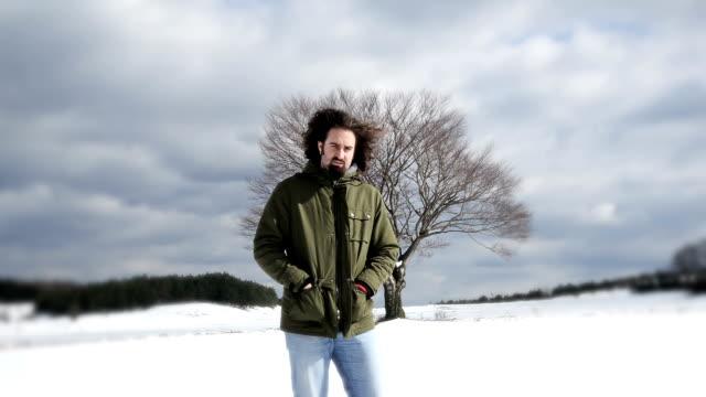 孤独な独身男性 - 凍った点の映像素材/bロール