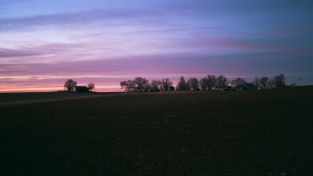 lonely ohio farm at sunset. - 平地点の映像素材/bロール