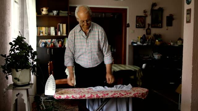 un pensionato solitario - asse da stiro video stock e b–roll