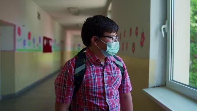 vídeos de stock, filmes e b-roll de estudante solitário, olhando pela janela como outros alunos brincando sem ele - pré adolescente