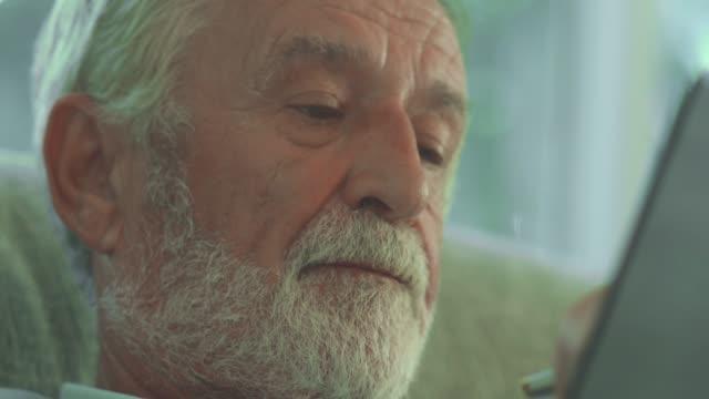 vidéos et rushes de vieil homme solitaire aîné - cellule cancéreuse