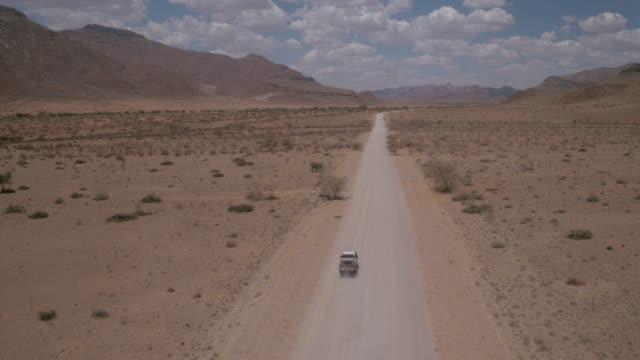 stockvideo's en b-roll-footage met een eenzame reizen door de woestijn van namibië - verwonderingsdrang