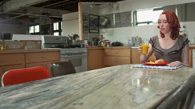 hd: einsame frau essen frühstück - einzelne frau über 30 stock-videos und b-roll-filmmaterial
