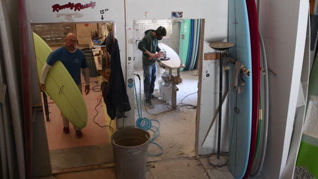 long and classic surfboard manufacturing at r&d surf shop in rockledge, fl, u.s. on tuesday, january 19, 2021. - workbench stock videos & royalty-free footage