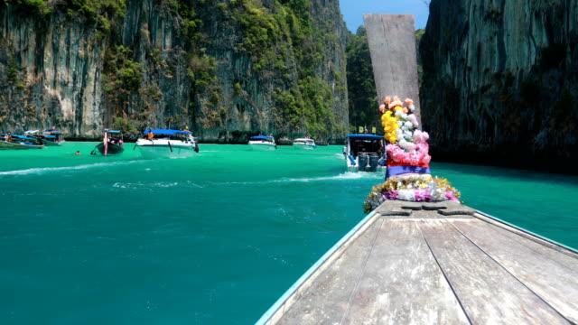 ピピ島、クラビ、タイのマヤ ・ ベイで長いボート、青の水 - プーケット県点の映像素材/bロール