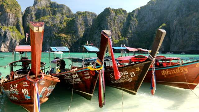 Longtemps l'eau bateau et bleu à Maya bay à Phi Phi Island, Krabi en Thaïlande