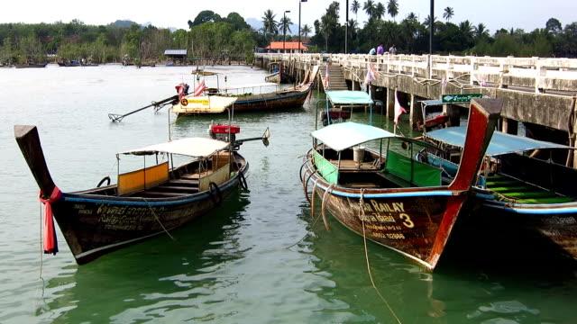vídeos y material grabado en eventos de stock de barcos largos y tropical playa, playa railay, krabi, tailandia. - mar de andamán