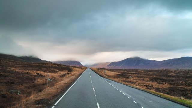 スコットランドのハイランド地方で長い田舎道 - long点の映像素材/bロール