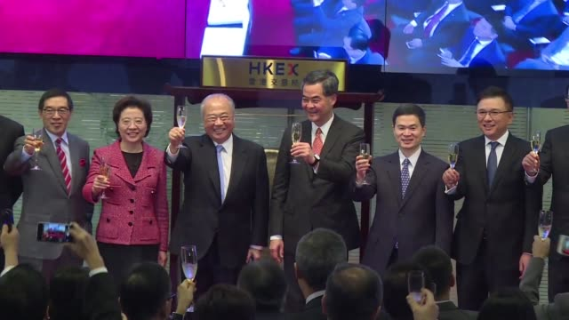 stockvideo's en b-roll-footage met a long delayed trading link between the chinese city of shenzhen and hong kong launches opening another door to the mainland's cosseted stock markets - schakel