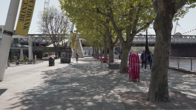 a long dolly shot along the south bank of the river thames in london, uk - spring flowing water stock videos & royalty-free footage
