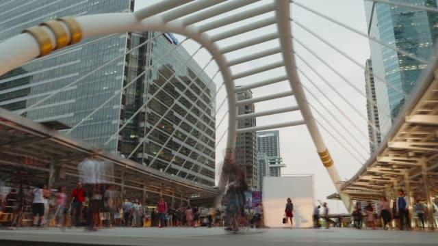 vídeos de stock, filmes e b-roll de exposição longa, borradas a multidão na estação central de banguecoque com skytrain da baixa à estação do subway. - long exposure