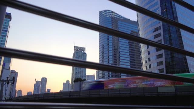 langzeitbelichtung; tag heute abend stadtbild mit dramatischer himmel in der innenstadt von bangkok - non urban scene stock-videos und b-roll-filmmaterial