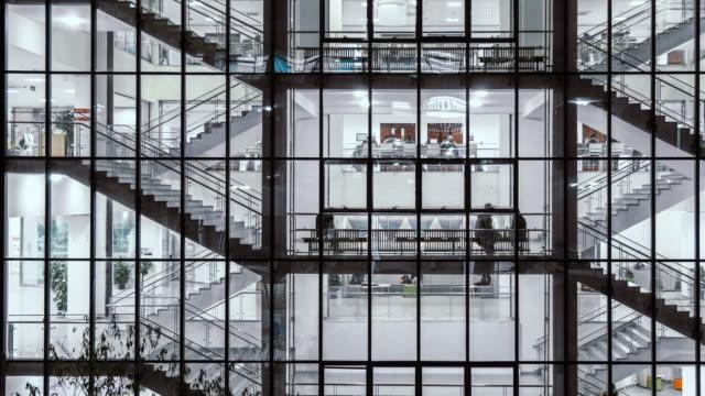 vídeos de stock, filmes e b-roll de t/l pan longa exposição de pessoas andando nas escadas - long exposure
