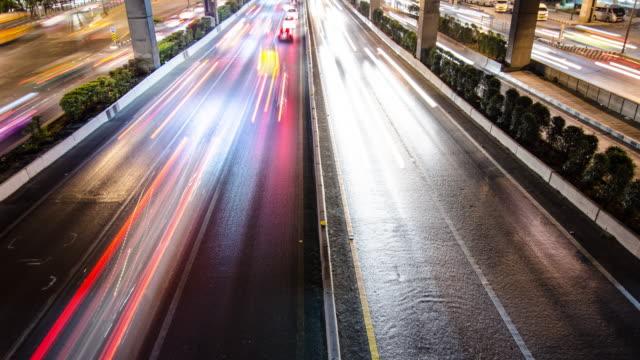 """vídeos de stock e filmes b-roll de longa exposição de estrada à noite de tempo na cidade centro, """" time-lapse""""  movimento 4 k (uhd - long exposure"""