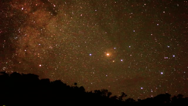 vídeos de stock, filmes e b-roll de longa exposição de estrelas e a via láctea sobre a montanha à noite. - long exposure