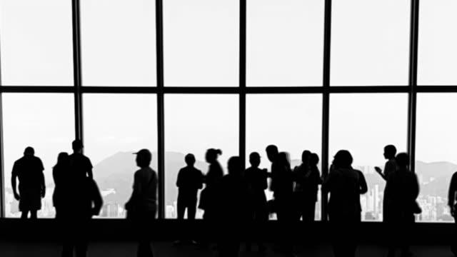 Lange Belichtung Silhouette Menschen, die im Terminal.