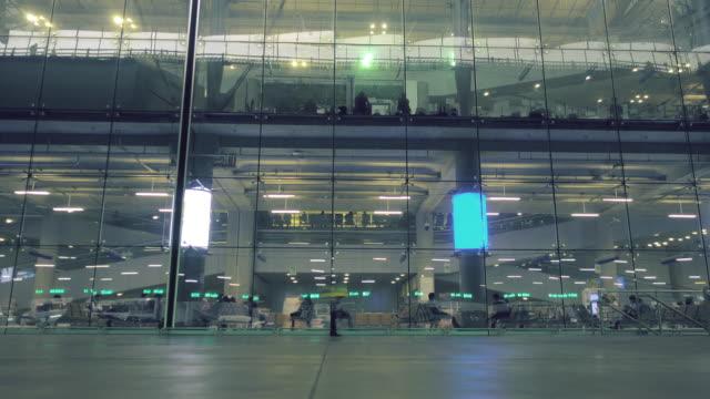 exposition longue; Voyageur au laps de temps de construction de l'aéroport.