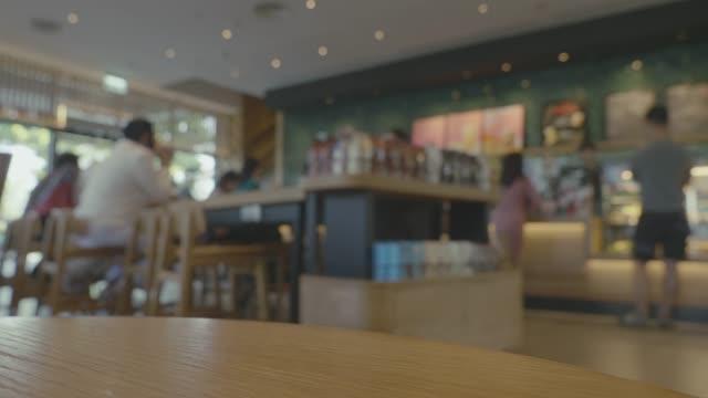 vídeos de stock, filmes e b-roll de tl, longa exposição, as pessoas estilos de vida variados no café moderno. - long exposure