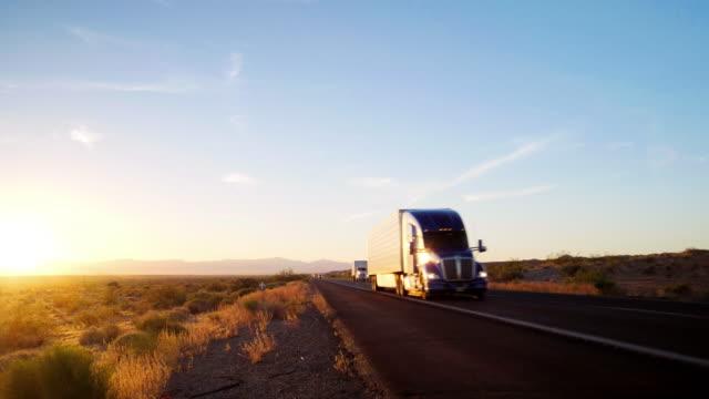stockvideo's en b-roll-footage met lange afstand semi vrachtwagen op een landelijke west-usa interstate highway - bestelwagen